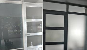 Instalação de Insulfilm Jateado em Porta de Vidro em Jacarepaguá - Visão interna e externa